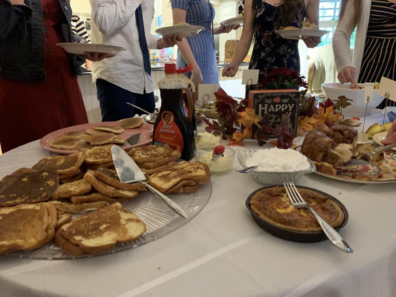 Senior+advisors+woke+up+early+to+make+their+favorite+breakfast+dishes+for+the+seniors.
